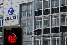 Zurich Insurance a fait état jeudi d'une chute de 31% de son bénéfice net du premier trimestre, l'assureur suisse ayant pâti, comme ses pairs, d'un changement dans le calcul des réserves de couverture intervenu en février en Grande-Bretagne. /REUTERS/Ruben Sprich