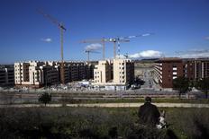 La compraventa de viviendas en España aumentó un 28 por ciento interanual en marzo, encadenando 14 meses consecutivos de subidas, según datos del Instituto Nacional de Estadística difundidos el jueves. En la imagen, grúas sobre viviendas en construcción a las afueras de Madrid en febrero de 2016. REUTERS/Susana Vera