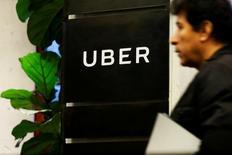 Uber está proporcionando servicios de transporte y debe hacerlo con licencia, dijo el jueves un destacado asesor del máximo tribunal de la UE, lo que supone un revés para la empresa estadounidense, que argumenta que su aplicación es solamente una herramienta digital. En la imagen, un hombre sale de las oficinas de Uber en Nueva York el 2 de febrero de 2017. REUTERS/Brendan McDermid/File Photo