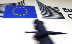 La Comisión Europea mejoró la previsión de crecimiento económica de la eurozona y para España gracias en parte a las buenas perspectiva para el sector exterior y el consumo privado. En la imagen, una mujer pasa junto a la sede de la Comisión Europea en Bruselas el 1 de marzo de 2017. REUTERS/Yves Herman