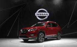 Автомобиль 2018 Nissan Rogue на автошоу в Нью-Йорке. Nissan Motor Co прогнозирует падение операционной прибыли на 7,7 процента в 2017 году из-за роста цен на сырьё и негативного влияния валютных курсов. REUTERS/Lucas Jackson