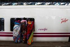 El fabricante español de trenes Talgo dijo el jueves que entre enero y marzo obtuvo un beneficio neto de 15,6 millones de euros, un 14,75 por ciento menos que en el primer trimestre de 2016, debido a la fase final en la que se encuentran sus contratos. En l aimagen de archivo, mujeres miran por la ventana de un tren de alta velocidad Talgo en sus pruebas en una estación de Mumbai, India, 2 de agosto de 2016. REUTERS/Danish Siddiqui