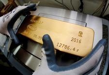 Слиток золота на заводе Красцветмет в Красноярске 24 октября 2016 года. Золотовалютные резервы РФ на конец прошлой недели составили $398,8 миллиарда, сместившись вниз от максимального с 12 декабря 2014 года значения $401,1 миллиарда, достигнутого неделей ранее. REUTERS/Ilya Naymushin/File Photo