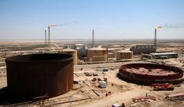 La raffinerie d'al-Shuaiba dans le sud-ouest de Basra, en Irak. L'Opep a fortement relevé jeudi sa prévision d'offre de pétrole des pays non-membres du cartel en 2017, la hausse des cours à la suite de son accord de réduction de la production ayant encouragé les producteurs de pétrole de schiste à produire plus. /Photo prise le 20 avril 2017/REUTERS/Essam Al-Sudani