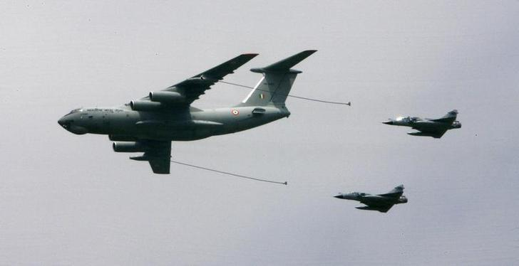 An Indian Air Force aircraft (C) refuels fighters during an airshow on the maiden visit of Defence Minister A. K. Antony to the air force station in Gwalior August 25, 2007. REUTERS/Vijay Mathur/Files