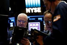 Трейдеры на торгах Нью-Йоркской фондовой биржи 11 мая 2017 года. Американский фондовый рынок открыл торги четверга снижением основных индексов, при этом Dow готовится понести потери третью сессию кряду, главным образом из-за слабости потребительского и технологического секторов.  REUTERS/Brendan McDermid