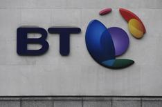 El grupo británico de telecomunicaciones BT dijo el jueves que eliminará 4.000 empleos de su unidad Servicios Globales que trabaja con multinacionales, en un intento por recuperarse de un escándalo contable y un 'profit warning'. En la imagen, el logo de BT en Londres, el 16 de enero de 2017. REUTERS/Toby Melville