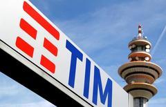 Logo Telecom e torretta nel quartiere generale di Milano.   REUTERS/Stefano Rellandini/File Photo
