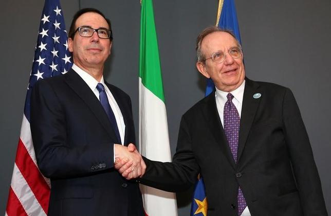 5月11日、イタリアのパドアン経済・財務相とムニューシン米財務長官は主要7カ国(G7)財務相・中央銀行総裁会議の合間に会談した(2017年 ロイター/Alessandro Bianchi)