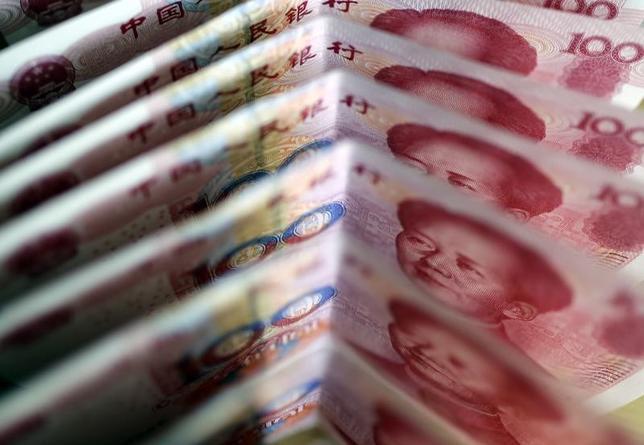 5月10日、中国政府が3兆ドル規模の同国債券市場を海外投資家に対してこれまで以上に開放するよう取り組みを進めているが、人民元は計画を進める上での障害となっている。写真は人民元紙幣。北京で2011年3月撮影(2017年 ロイター/Jason Lee)