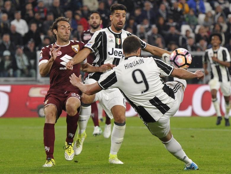 Football Soccer - Juventus v Torino - Italian Serie A - Juventus Stadium, Turin, Italy - 06/05/2017  Juventus' Gonzalo Higuain in action against Torino. REUTERS/Giorgio Perottino