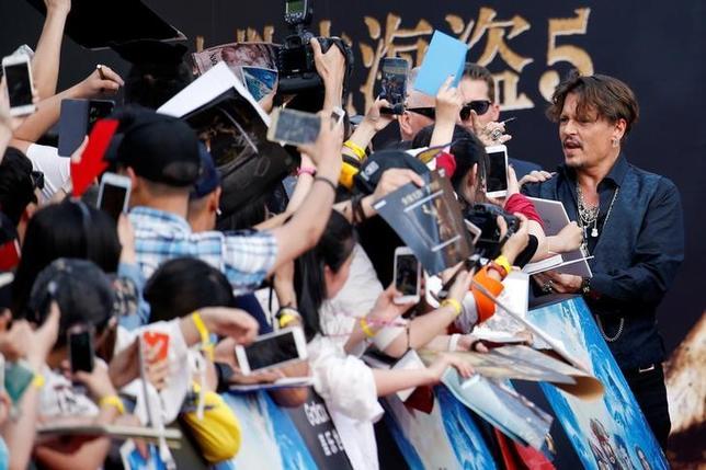 5月11日、米ウォルト・ディズニーの冒険ファンタジー映画「パイレーツ・オブ・カリビアン」シリーズの第5弾となる「パイレーツ・オブ・カリビアン/最後の海賊」(日本公開7月1日)のワールドプレミアが中国の上海で11日行われ、出演のジョニー・デップらが登場した(2017年 ロイター /Aly Song)