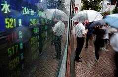 La Bourse de Tokyo a fini en baisse vendredi, pénalisée par des prises de profit après avoir atteint la veille un pic d'un an et demi. L'indice Nikkei a perdu 77,65 points (-0,39%) à 19.883,90 points. /Photo d'archives/REUTERS/Kim Kyung-Hoon