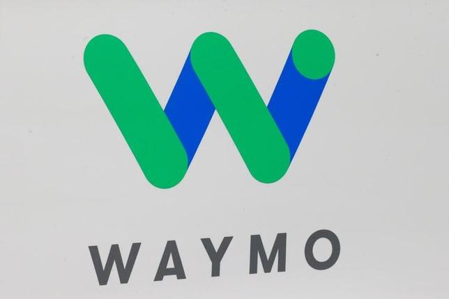 5月11日、米サンフランシスコのウィリアム・アルサップ地裁判事は、配車サービス大手ウーバーと、アルファベットの自動運転車部門ウェイモとの間で争われている訴訟を巡り、企業秘密が盗まれた疑いがあるとして司法省に捜査を求めた。写真の「ウェイモ」ロゴは1月、デトロイトで開かれた北米国際オートショーで撮影(2017年 ロイター/Breandan McDermid)