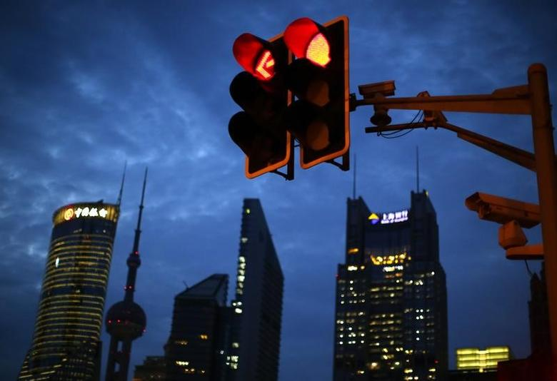 资料图片:2014年8月,中国上海,浦东金融区的一处交通信号灯。REUTERS/Carlos Barria