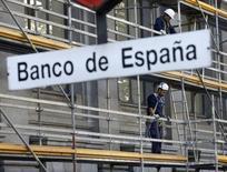 Los precios en España subieron un 2,6 por ciento interanual en abril, tres décimas más que el mes anterior, mostraron el viernes datos definitivos del Instituto Nacional de Estadística. En la imagen, trabajadores de la construcción en un andamio en el edificio del Banco de España en Madrid, el 13 de noviembre de 2015.