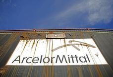 Логотип ArcelorMittal на составе в Зенице 9 февраля 2016 года. Крупнейший в мире производитель стали ArcelorMittal в пятницу сообщил, что увеличил доналоговую прибыль в первом квартале более чем вдвое благодаря повышению цен на сталь и росту объёма поставок. REUTERS/Dado Ruvic