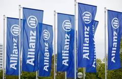 Флаги с логотипом  Allianz SE.  Немецкая страховая компания Allianz подтвердила целевой уровень операционной прибыли за 2017 год и отчиталась о росте притока инвестиций в свой бизнес управления активами. REUTERS/Michaela Rehle