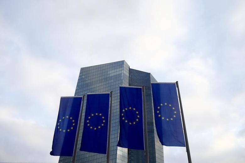 资料图片:2015年12月,法兰克福,欧洲央行总部前飘扬的欧盟旗帜。REUTERS/Ralph Orlowski