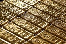 Золотые слитки. Цена на золото растет вторую сессию подряд в пятницу, так как политическая неопределенность в США после увольнения главы ФБР Джеймса Коми оказала давление на доллар, а акции снизились.    REUTERS/Umit Bektas