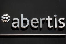 Il logo della spagnola Abertis, nella sede principale di Madrid.   REUTERS/Sergio Perez