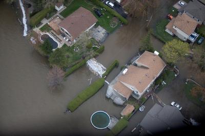 Quebec battles floods