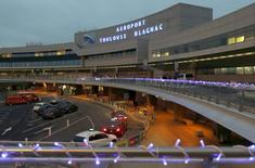 Les opposants à la privatisation de l'aéroport de Toulouse ont fait appel du jugement du tribunal administratif de Paris qui avait rejeté en mars leur recours pour excès de pouvoir contre la décision de l'Etat de céder ses parts dans la plateforme toulousaine, a-t-on appris jeudi auprès de leur avocat. /Photo d'archives/REUTERS/Régis Duvignau