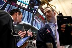 Трейдеры на Уолл-стрит. Индексы S&P 500 и Dow немного снизились в начале торгов пятницы на фоне падения финансового сектора, однако потери Nasdaq ограничены подъемом технологических акций. REUTERS/Brendan McDermid