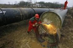 Строительство газопровода в провинции Хубэй, Китай. Китай закончит строительство участков российских нефте- и газовых трубопроводов, проходящих через северовосточную провинцию Хейлунцзян, к концу следующего года, сообщил в пятницу высокопоставленный чиновник.  REUTERS/Stringer