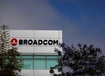 Broadcom a obtenu vendredi le feu vert de la Commission européenne pour son offre de 5,5 milliards de dollars (5,05 milliards d'euros) sur Brocade après avoir promis de coopérer avec ses concurrents et de protéger leurs données confidentielles. /Photo d'archives/REUTERS/Mike Blake