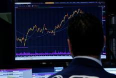 La Bourse de New York a fini vendredi en léger repli. Le Dow Jones a cédé 0,11%, le S&P-500 a perdu 0,15% et le Nasdaq Composite a en revanche avancé 0,09%. /Photo prise le 10 mai 2017/REUTERS/Brendan McDermid