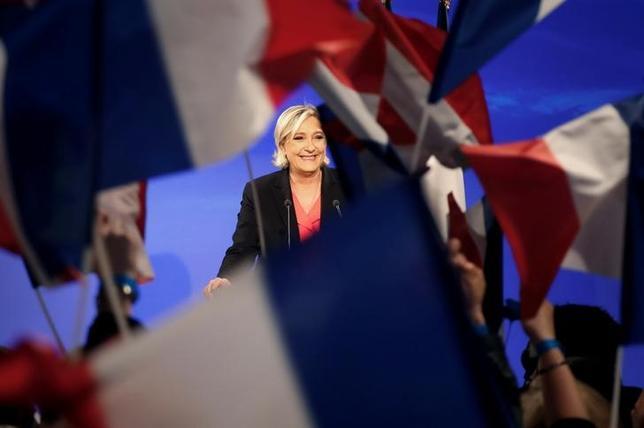 5月8日、フランス大統領選で極右候補が敗れたことで国際社会に安堵感があふれているが、そのこと自体が、西側諸国の政治が熱病的な症状に苦しめられていることを物語っている。写真はフランス極右政党・国民戦線を率いるマリーヌ・ルペン氏。7日撮影(2017年 ロイター/Charles Platiau)