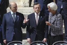 La recuperación económica y las sólidas perspectiva de la zona euro implican que el Banco Central Europeo podría considerar normalizar su política monetaria ultra-flexible, dijo el sábado el presidente del Bundesbank, Jens Weidmann. Imagen de la directora gerente del Fondo Monetario Internacional Christine Lagarde (derecha) conversando con el presidente del Banco Central Europeo Mario Draghi (en el centro) y el Comisario de Asuntos Económicos y Monetarios Pierre Moscovici durante la reunión del G7 en la ciudad de Bari, al sur de Italia, el 13 de mayo de 2017. REUTERS/Alessandro Bianchi