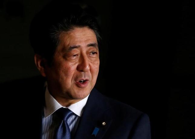 5月14日、安倍晋三首相は、北朝鮮が弾道ミサイルを発射したことについて、官邸で記者団に対し、「断じて容認できない。強く抗議する」と述べた。写真は官邸で3月撮影(2017年 ロイター/Toru Hanai)
