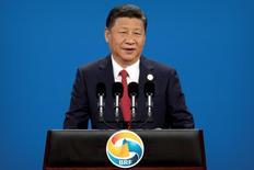 El presidente chino Xi Jinping prometió el domingo 124.000 millones de dólares para su ambicioso nuevo plan de la Ruta de la Seda con el que quiere forjar un camino de paz, inclusividad y libre comercio mientras pidió el abandono de modelos antiguos basados en juegos de rivalidad y poder diplomático. Imagen del presidente Xi Jinping hablando durante la ceremonia de apertura del Foro Belt and Road en el Centro de Convenciones Nacional de China CNCC) en Pekín el 14 de mayo de 2017. REUTERS/Mark Schiefelbein/Pool