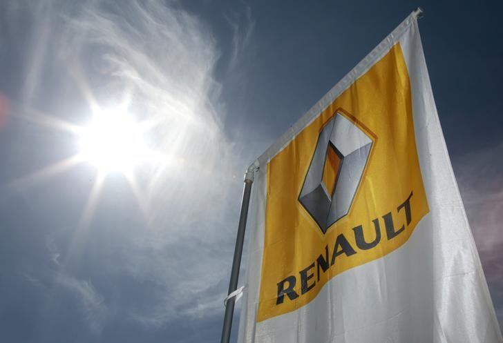 A Renault car company logo is seen outside an automobile dealership in Nice, France, March 29, 2016.    REUTERS/Eric Gaillard