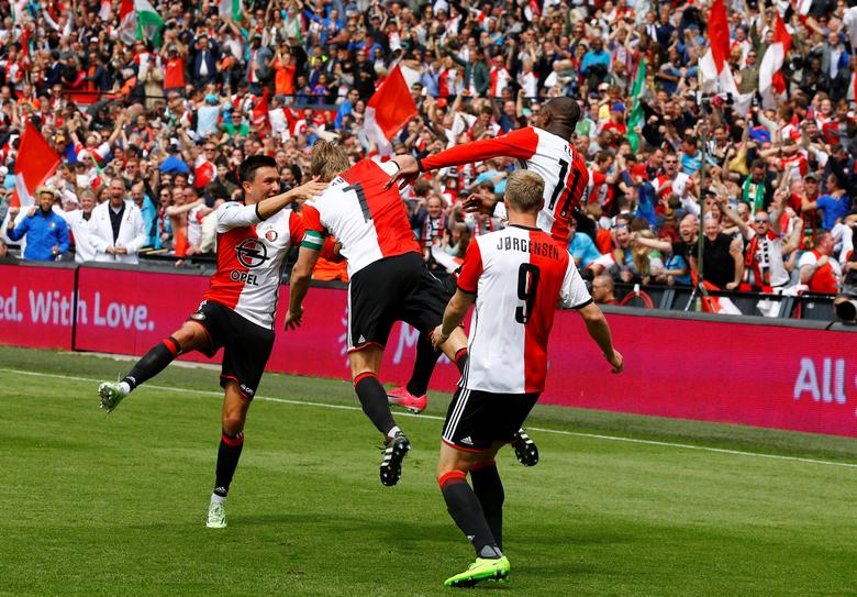 Soccer Football - Feyenoord Rotterdam v Heracles Almelo - Dutch Eredivisie - De Kuip, Rotterdam, Netherlands - 14/05/2017 - Feyenoord players celebrate the second goal. REUTERS/Michael Kooren