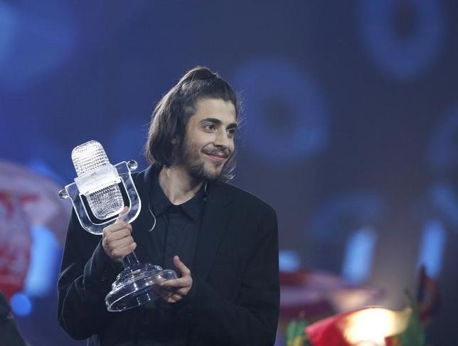 5月13日、第62回を迎えた欧州の国別対抗歌謡際「ユーロビジョン」の決勝がウクライナの首都キエフで行われ、ポルトガル代表、サルバドル・ソブラルさん(27、写真)が優勝した(2017年 ロイター/Gleb Garanich)