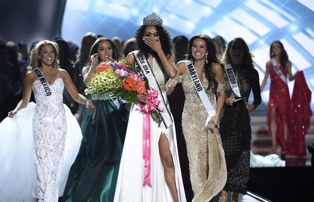 2017 Miss USA  – Las Vegas, Nevada, U.S., 14/05/2017 - Miss District of Columbia Kara McCullough reacts after being crowned 2017 Miss USA. REUTERS/David Becker