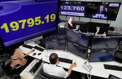 La Bourse de Tokyo a fini en baisse symbolique de 0,07% lundi. L'indice Nikkei a fini sur un recul limité à 14,05 points et le Topix, plus large, a cédé 0,71 point. /Photo prise le 8 mai 2017/REUTERS/Toru Hanai
