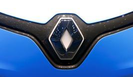 Renault est à suivre à la Bourse de Paris. La quasi-totalité des usines du groupe touchées par la vague mondiale de cyberattaques de vendredi devraient reprendre leur activité lundi, mais celle de Douai, notamment, restera à l'arrêt pour des raisons préventives. /Photo prise le 8 mars 2017/REUTERS/Arnd Wiegmann