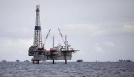 Буровая вышка у  юго-западного побережья острова Тринидад. Цены на нефть выросли утром в понедельник, после того как министры энергетики Саудовской Аравии и России сообщили о договорённости продлить действие глобального пакта о сокращении добычи до конца марта 2018 года.   REUTERS/Andrea De Silva