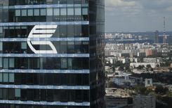 Логотип ВТБ на небоскребе в Москве 5 августа 2015 года. Второй по величине госбанк РФ ВТБ в первом квартале 2017 года заработал 27,6 миллиарда рублей чистой прибыли, рассчитанной по международным стандартам, против 0,6 миллиарда рублей за аналогичный период прошлого года, сообщил банк. REUTERS/Maxim Zmeyev