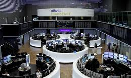Las acciones europeas abrieron el lunes al alza gracias al rebote de los precios del petróleo y a las operaciones corporativas, mientras que un ataque global de piratería impulsó los títulos de empresas de seguridad de software. Imagen de trabajadores de la bolsa de Francfort tomada el 17 de enero de 2017. REUTERS/Staff/Remote