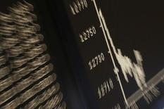 График немецкого фондового индекса DAX. Европейские фондовые рынки начали торги понедельника положительной динамикой основных индексов благодаря скачку цен на нефть и большей активности сделок. Прокатившаяся по миру хакерская атака способствовала росту бумаг компаний, занимающихся кибербезопасностью. REUTERS/Kai Pfaffenbach