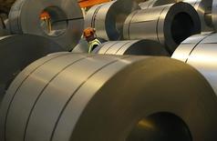 El fabricante de maquinaria Nicolas Correa anunció el lunes unas pérdidas de 2,4 millones de euros, el doble que hace un año, afectado por el proceso de reestructuración de sus plantas y los despidos asociados que han supuesto un gasto de 2,1 millones en liquidaciones de personal. Imagen de un trabajador entre bobinas de metal en una fábrica de Tata Steel en su Automotive Service Centre en Wednesfield, Reino Unido, el 15 de febrero de 2017. REUTERS/Darren Staples