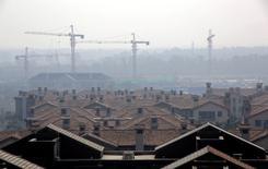 Vue sur un site de construction d'appartements dans le district de Wuqing à Tianjin. L'économie chinoise semble avoir marqué le pas en avril après avoir surpris par son dynamisme au premier trimestre, les indicateurs publiés lundi montrant un ralentissement de la production industrielle, des investissements ou encore des ventes au détail le mois dernier. /Photo d'archives/REUTERS/Jason Lee