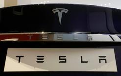 """Tesla, qui est à suivre à la Bourse de Wall Street, perd 2,7% en avant-Bourse après un abaissement de recommandation par Morgan Stanley, de """"surpondérer"""" à """"pondération en ligne"""". /Photo prise le 13 mars 2017/REUTERS/Jason Reed"""