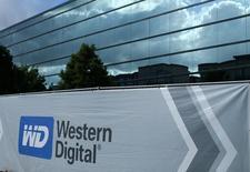 Western Digital a demandé un arbitrage international pour empêcher Toshiba de vendre sa filiale mémoires sans son consentement, ce qui pourrait compromettre le projet d'une augmentation de capital dont le conglomérat japonais a ardemment besoin. /Photo d'archives/REUTERS/Mike Blake