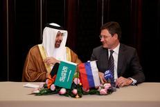 Le ministre de l'Énergie de l'Arabie Saoudite Khalid al-Falih et son homologue russe Alexander Novak lors d'une conférence à Pékin. L'Arabie saoudite et la Russie ont exprimé lundi leur volonté de prolonger de neuf mois, jusqu'en mars 2018, l'accord de réduction de la production pétrolière en vigueur depuis le début de l'année en vue de faire remonter de façon régulière les cours d'un marché qui est pour l'heure engorgé. /Photo prise le 15 mai 2017/REUTERS/Aly Song